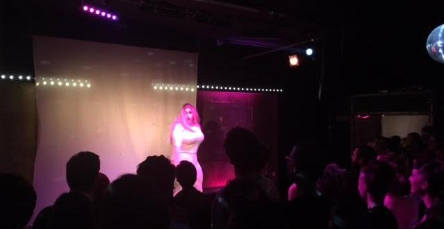 Artiste sur scène durant son numéro.
