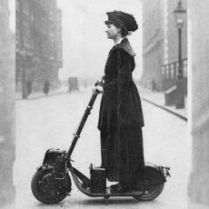 Lady Florence sur la 1ère trottinette : l'Autoped