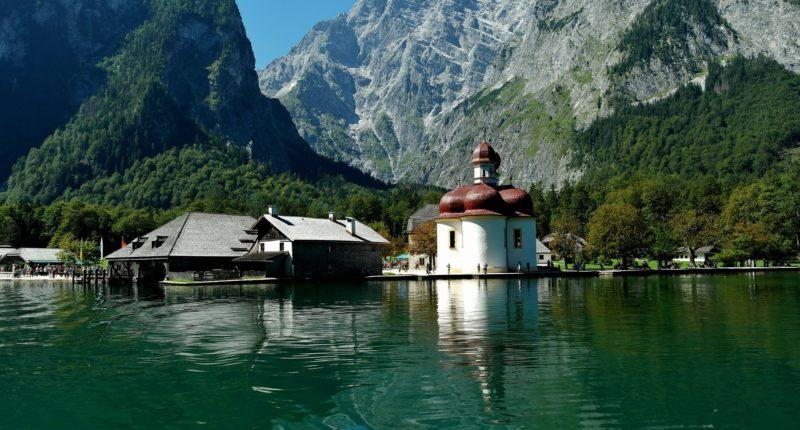 L'église Saint Bartholomä du village Berchtesgaden au bord du lac König